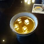やま竹 - 蕎麦茶やテーブルに映り込む灯りが、とても幻想的