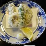 やま竹 - これが「冬の天ぷら盛合せ」牡蠣2粒白子2片しし唐1本(ぽっち)で、¥1,199