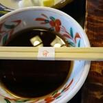 やま竹 - 天ぷらが少なくて、天つゆをもて余し、仕方ないから飲む。