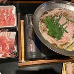 居食屋 とり楽 - 料理写真:選べる鍋はもつ鍋にしたけど豚肉ばかり