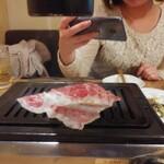 焼肉永秀 - 選りすぐりの特上肉5種に「シャトーブリアン」も味わえる2時間飲み放題付『特上永秀コース』<全10品>7,500円(税込)から特上焼きすきをお姉ちゃんが撮影♪