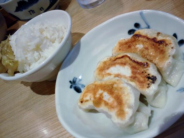 希須林 担々麺屋 赤坂店 - 餃子とサービスのライスon搾菜