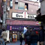 123821241 - 新世界の一本裏通りにある「串かつだるま・新世界総本店」。この日は間寛平さんのTV撮影があった模様です