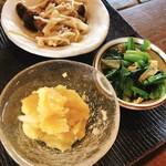 玄米庵 - (右)青菜と湯葉のわさび和え (手前)さつま芋とりんごのきんとん (奥)きのこのハーブソテー