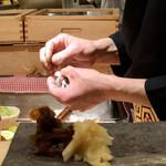 羽田市場 ギンザセブン - 編んだ小肌を握って