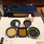 123839627 - 薬味は左下から、酢味噌、のむらの特製醤油、特製ポン酢、鹿児島胡麻と釜炊き天日干し塩、大分紀州鹿児島ブレンド梅肉
