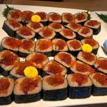 123848000 - いくらとまぐろの手巻き寿司。