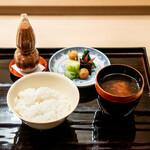 祇園 丸山 - 土鍋ご飯、 香の物(壬生菜、はりはり、昆布、小梅、白菜) 留わん (揚げ生麩) 自家製の明太子のふりかけ