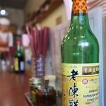 按田餃子 - 手前のボトルは黒酢U^ェ^U