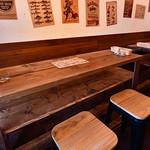 寄りみちバル CHILLAX - 少し腰掛けのある立ち飲みテーブル席
