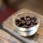 ヱントツコーヒー舎 - お会計票を抑えるコーヒー豆☆