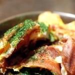 じゅん平 - とん平焼の断面:カリっとした豚肉とシャキシャキのネギの相性抜群