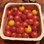 123891479 - チェリートマトにまぎれたフランボワーズと桃 バジル、マンゴーとパッションフルーツ 柚