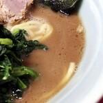 家系ラーメン 武将家 - スープは濃いめだけど鶏油は少なめ。