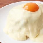 隠れ家ダイニング DHORPATAN - 料理写真:とろーりなめらかなチーズがたっぷりかかったキーマカレー。 チーズと卵黄のなめらかさが、スパイシーなキーマカレーとの相性◎ 是非食べて頂きたい1品です。