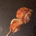 焼き鳥 とりら - 腿、滴り落ちるのは高坂鶏独特の旨味濃厚肉汁
