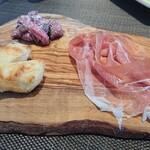 イタリア料理 ターヴォラ ドォーロ - 24ヶ月熟成パルマ産プロシュート&ローストビーフのタルタル ニョッコフリット添え