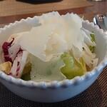 イタリア料理 ターヴォラ ドォーロ - 削りたてロディジャーノチーズと国産レタスのサラダ