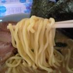 壱 - ラーメン(中)、麺持ち上げ