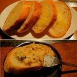 雅頌 - もんじゃ焼きをガーリックトーストに乗せて食す。