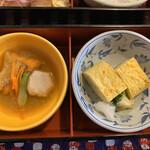海鮮問屋 北の商店 - 日替り御膳のおかず お重の下の段                                 サーモンのずんだ煮・シラスと青ねぎの厚焼玉子