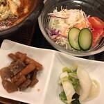 123958129 - ランチメニュー 牛すじ煮込ハンバーグ定食の副菜と漬物とサラダ