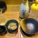 地場飯&地酒 満天 - 亀齢の萬年、お通し、鍋道具