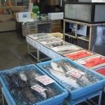 カネシチ水産 - 併設する魚屋入り口周辺です。