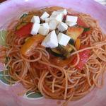 12398497 - モッツアレッラと彩り野菜のトマトソーススパゲッティ