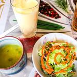 Indoresutoranarajin - セットメニューのサラダ・スープ・ドリンク(マンゴーラッシーを選択)