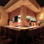 日比谷琥白 - オープンキッチンのカウンター席。1名様からお気軽にご利用ください。