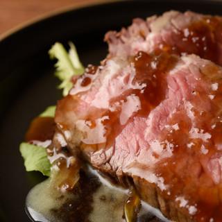季節食材が味わえるおばんざい、和と洋が融合した煮込み料理も◎