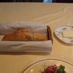 フォアゾン - 自家製パン。バターも美味しい。