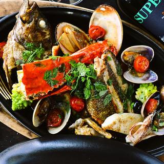 最高の食材とライブ感が食欲を掻き立てる、魚料理と肉料理