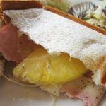 Cafe' OJISANCHI - 中からハムとチーズとパイナップル