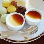 インペリアルラウンジ アクア - 1段目、マカロンとショートケーキ、チョコレート、プリンのプレートです。