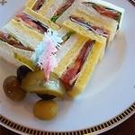 インペリアルラウンジ アクア - 3段目、スモークサーモンのサンドイッチのプレートです。