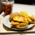 カフェ カルディーノ - ミラノカツ (¥340)、珈琲カレーパン (¥280)、ソーセージのカレードッグ (¥340)、紅茶 (¥310)