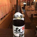 立呑 稼鶏酒場 - 日本酒は3種類。八海山500円