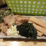 麺屋 優創 - 海苔、チャーシュー、刻み葱、ワカメ、メンマ、青海苔