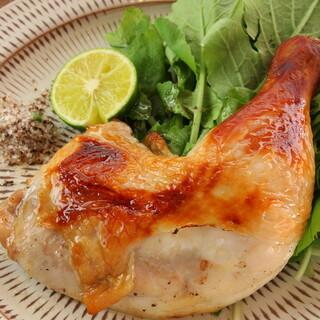 オオイリヤ名物の沖縄やんばる鶏もも一本焼き