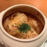 a La Bouteille - グリュイエールとタレッジォのオニオングラタンスープ(ハーフサイズ)1000円 オニグラ大好き。いろいろなお店で食べましたが、かなりのツボ。