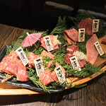 124061371 - 和牛一頭流 焼肉家 肉萬 浜松町店(東京都港区浜松町)あか牛一頭流 一頭舟盛り M(2人前)8,150円