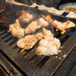 124061376 - 和牛一頭流 焼肉家 肉萬 浜松町店(東京都港区浜松町)ミックス塩ホルモン 980円