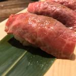 124061380 - 和牛一頭流 焼肉家 肉萬 浜松町店(東京都港区浜松町)極旨赤牛本日の炙り握り 一貫 300円
