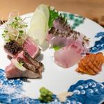 座屋 - お造り(ハガツオ藁焼き、太刀魚焼き霜、イサキ、赤貝、赤貝のヒモ)