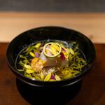 座屋 - クエ(魚体4kg)と地物弘岡かぶと焼き松茸のお椀(あしらいに菊の花、吸い口に酢橘の皮)