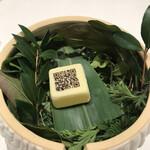 124088664 - オープニングのQRコードが書かれた                       キューブの中は、驚きの柚子と生姜の                       ジュース♬