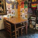 ゴールデン バガン - 入口側テーブル席