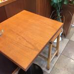 パティスリー ラ ヴィ ドゥース - 壁側の2人掛けテーブル席